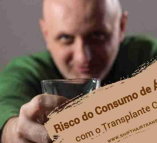 Risco do Consumo de Álcool com o Transplante Capilar, Um homem calvo no verde que dá um brinde que bebe o uísque....