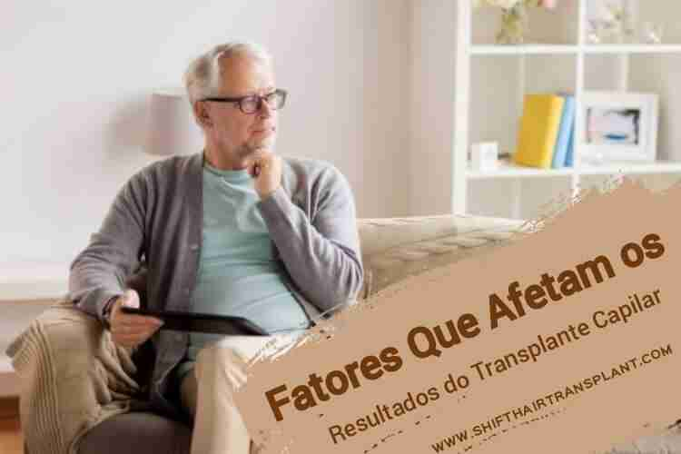 Fatores Que Afetam os Resultados do Transplante Capilar, Um velho no sofá pensando e segurando um tablet.
