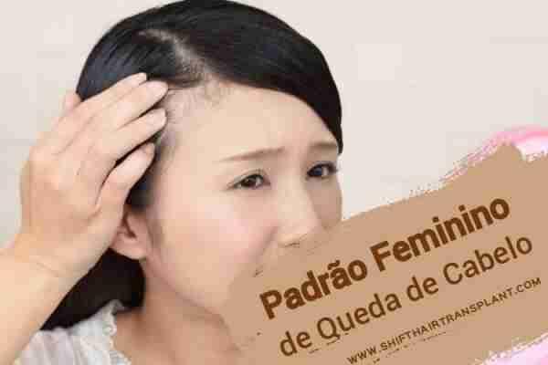 Padrão Feminino de Queda de Cabelo, Uma mulher asiática que olha seu cabelo faltado através do espelho de mão cor-de-rosa.