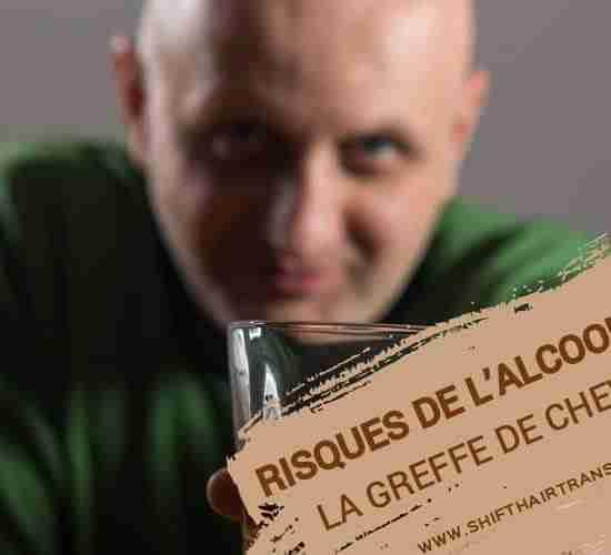 Risque de l'alcool sur la greffe de cheveux, Un homme chauve en vert donnant un toast en train de boire du Whisky.