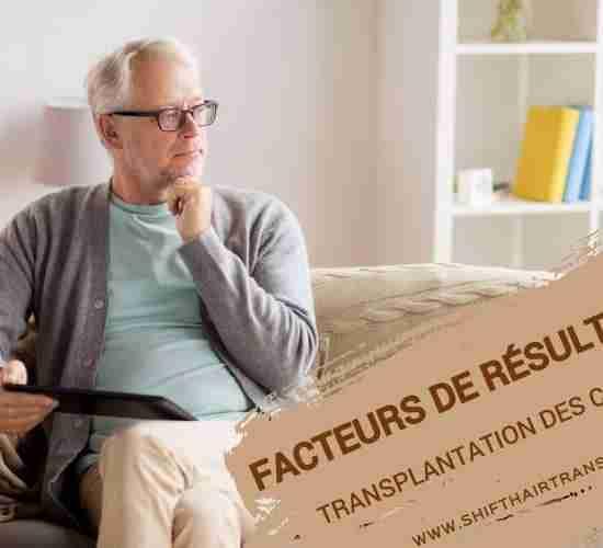 Facteurs de résultat de la greffe de cheveux, Un vieil homme sur un canapé se demandant et tenant une tablette.