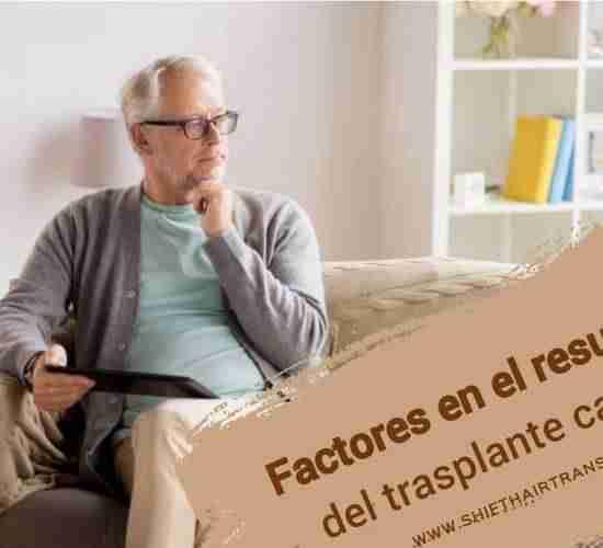 Factores en el resultado del trasplante capilar, Un anciano en el sofá preguntándose y sosteniendo una tableta.