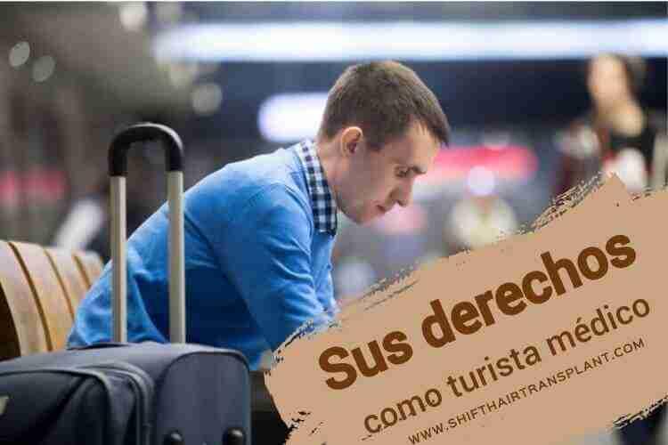 Sus derechos como turista médico., Un hombre caucásico sentado y esperando en el aeropuerto.Un hombre caucásico sentado y esperando en el aeropuerto.