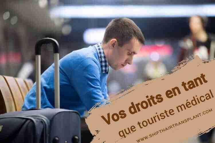 Vos droits en tant que touriste médical, Un homme caucasien assis et attend dans l'aéroport.
