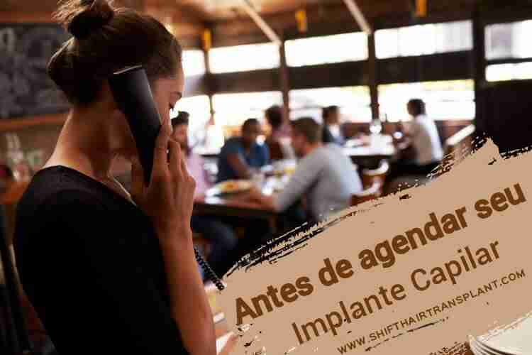 Antes de agendar seu implante capilar, Uma mulher atende o telefone em um call center.