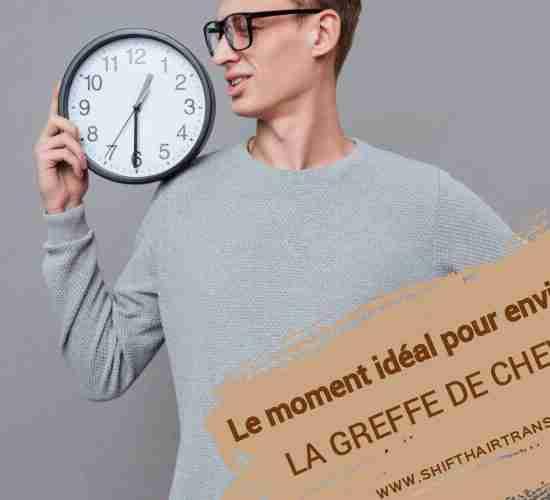 Le moment idéal pour envisager la greffe de cheveux, un homme en blouse grise tenant une horloge sur l'épaule.